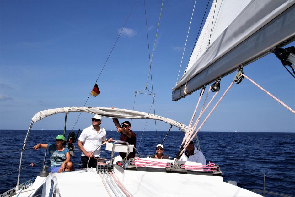 Mit Freunden einen Segelturn machen? Dazu braucht es u.a. den Sportküstenschifferschein.