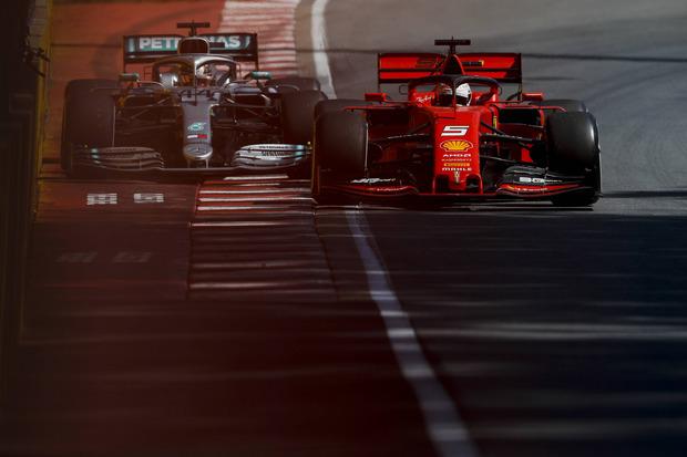 Der Aufreger des Jahres passierte in Kanada, als Sebastian Vettel (GER/r.) seinen Ferrari nach einem Ausritt nicht unter Kontrolle hatte und Mercedes-Aushängeschild Lewis Hamilton abbremsen musste. Berührung gab es jedoch keine.