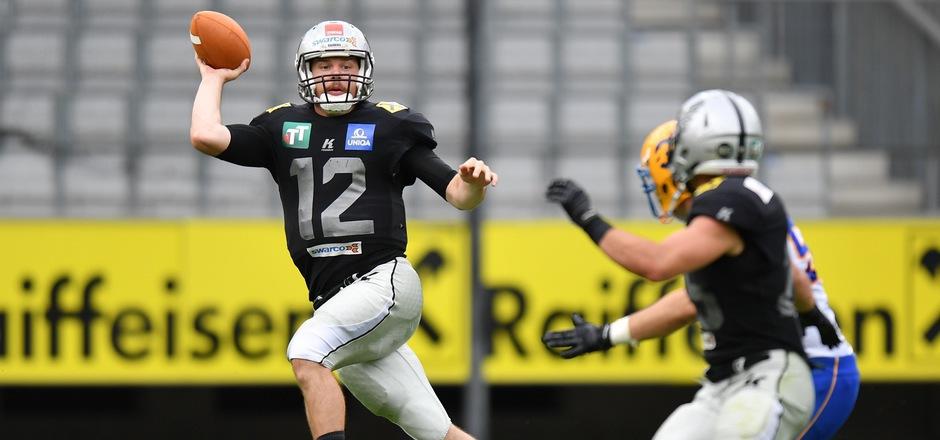 Raiders-Quarterback Sean Shelton (l.) führte die Tiroler zu einem ungefährdeten 35:10-Sieg gegen die Vienna Vikings.