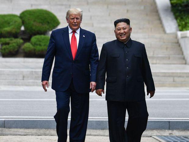Donald Trump und Kim Jong-un an der innerkoreanischen Grenzlinie.