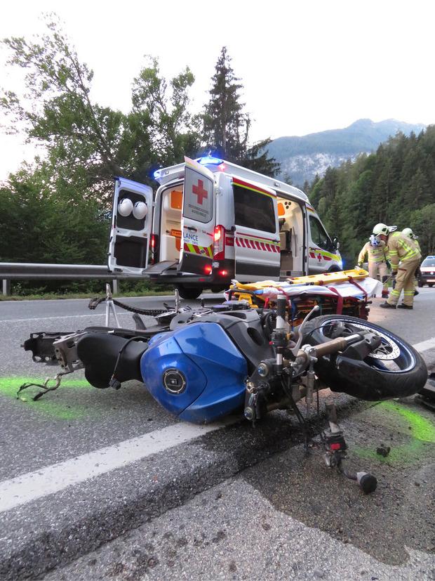Einsatzkräfte am Unfallort.