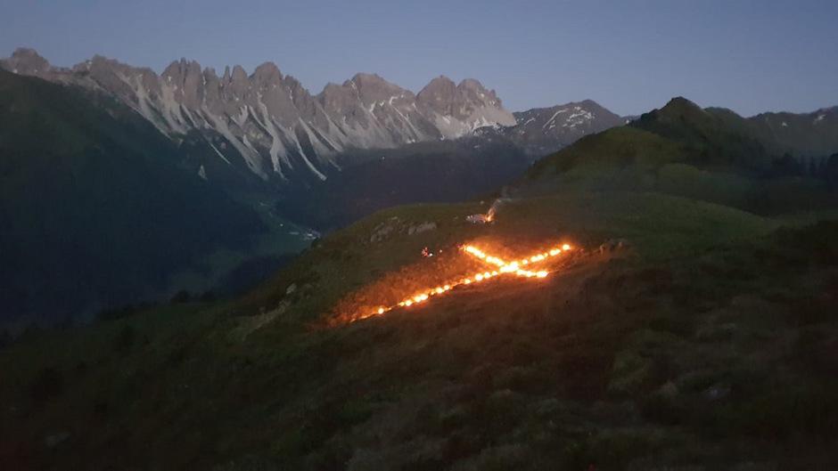 Herz-Jesu-Feuer am Salfainersee mit Blick auf die Kalkkögel.