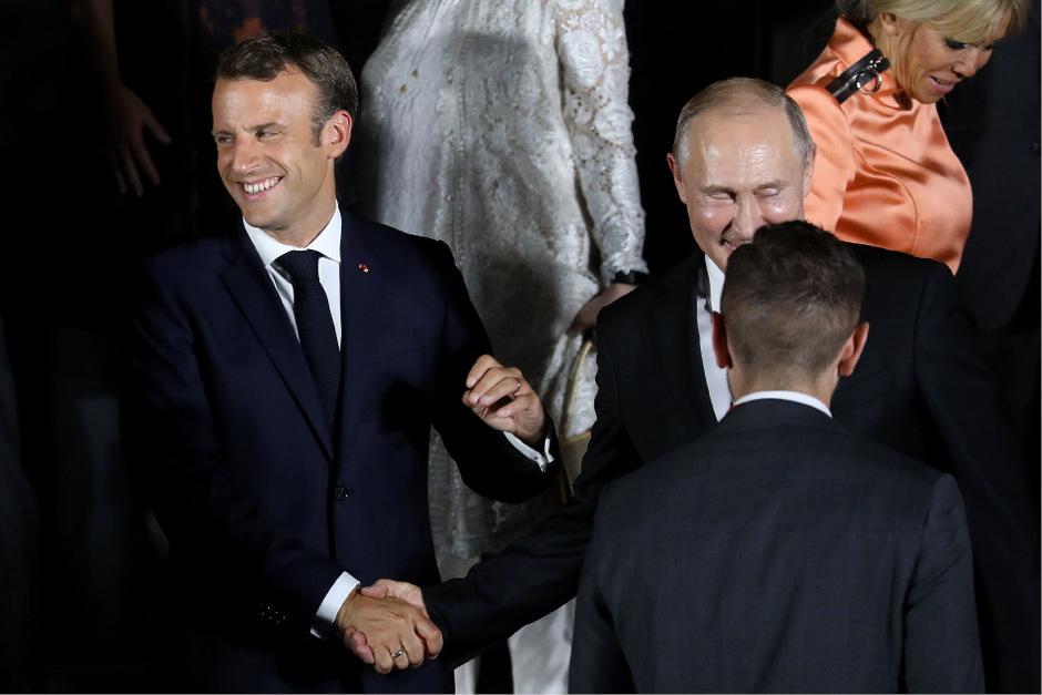 Russlands Präsident Vladimir Putin und Frankreichs Staatschef Emmanuel Macron beim Händeschütteln.