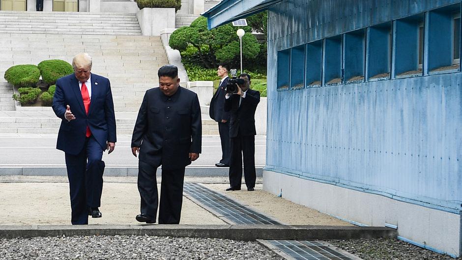 US-Präsident Donald Trump und der nordkoreanische Staatschef Kim Jong-un auf dem Boden Nordkoreas.
