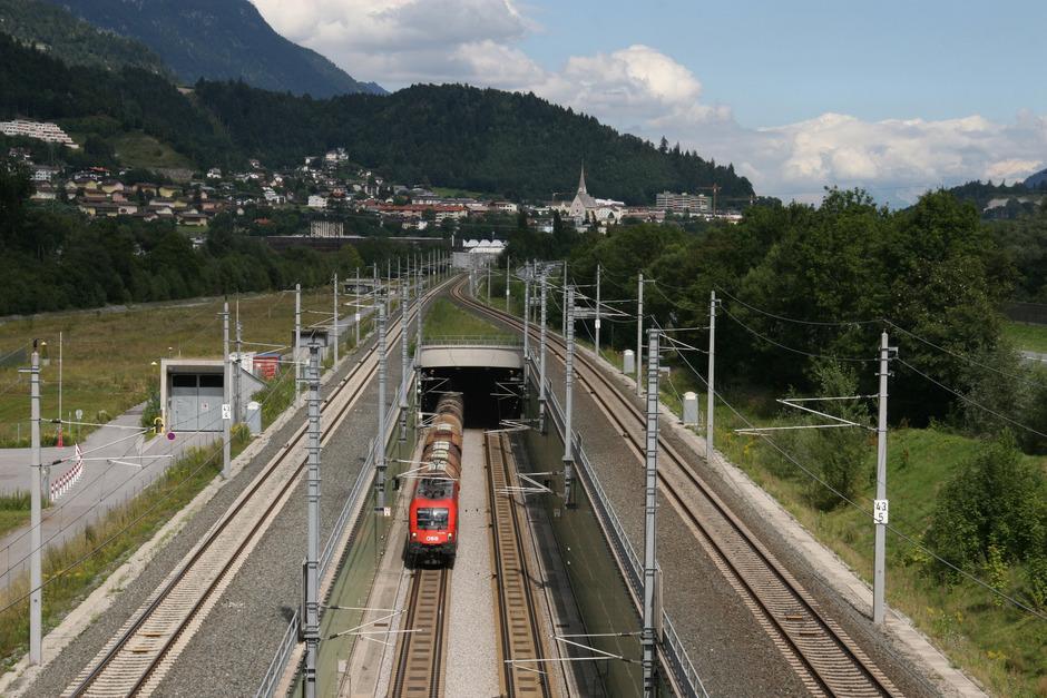 Die Planung für eine weitere Bahntrasse durch das Inntal wird in Bayern schneller vorangetrieben.