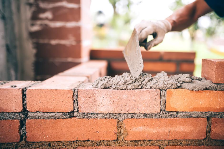 Nicht nur auf Ziegel müssen Baufirmen derzeit mitunter länger warten als gewohnt, auch bei anderem Baumaterialien stockt der Nachschub.