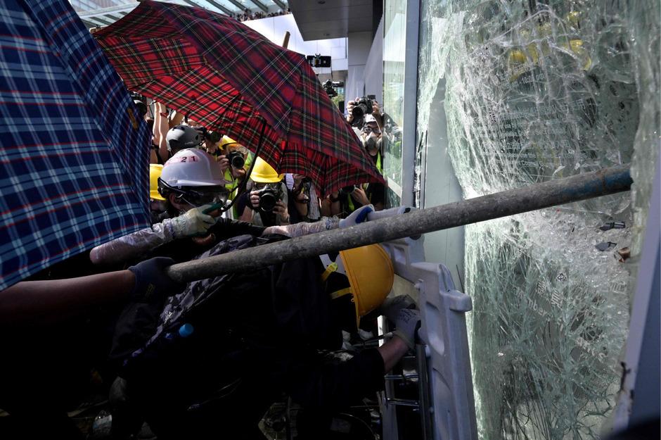 Die Demonstranten setzten einen Metallwagen ein, den sie gegen die Glastüren rammten.