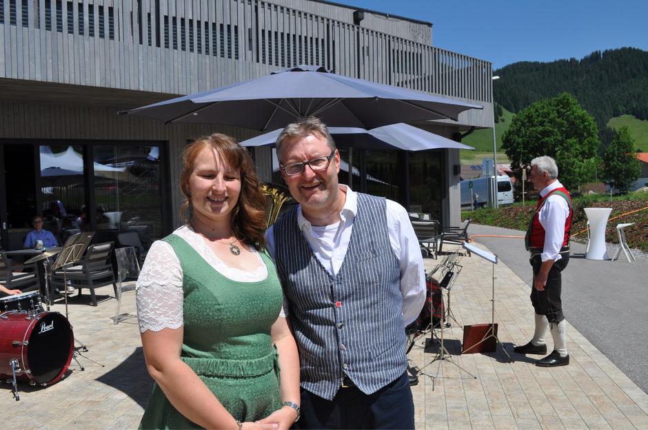Über den gemeindeeigenen Energieversorger freut sich BM Waltraud Zobl-Wiedemann mit dem Geschäftsführer Thomas Moritz.