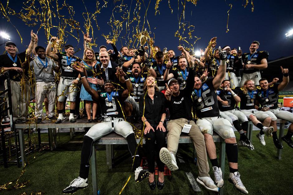 Die Swarco Raiders feierten nach dem Sieg gegen die Vienna Vikings ausgelassen den ECTC-Titel.