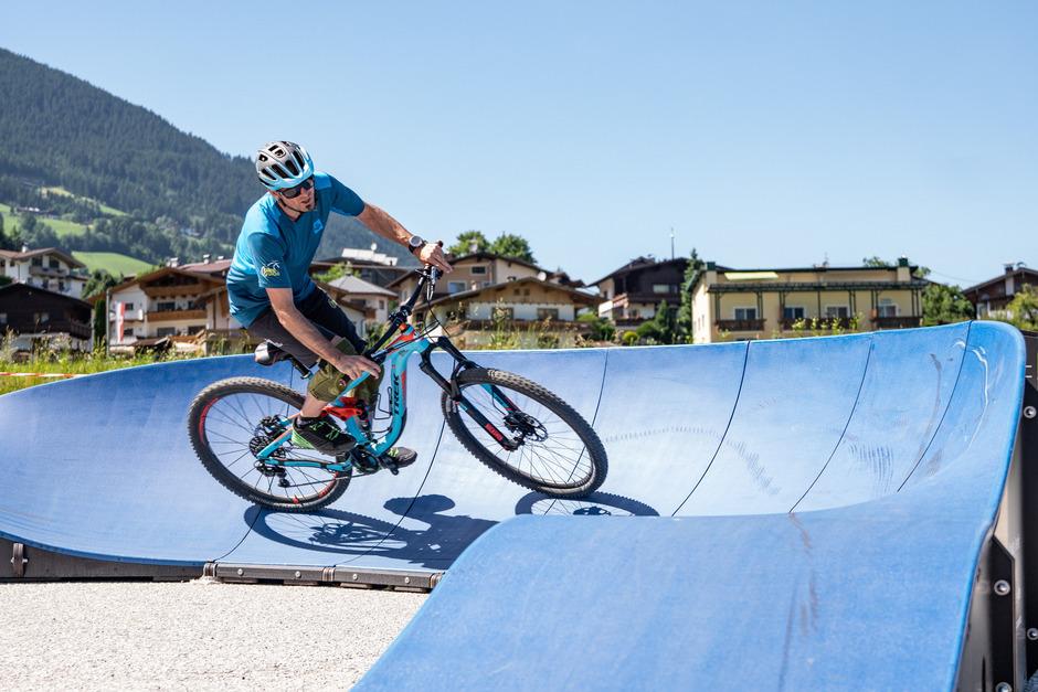 Über Wellen und Kurven wird auf dem neuen Radparcours am Parkplatz der Bergbahn Hochzillertal mit dem Bike gefahren. Und das möglichst ohne zu treten. Auch Kinder sind willkommen.