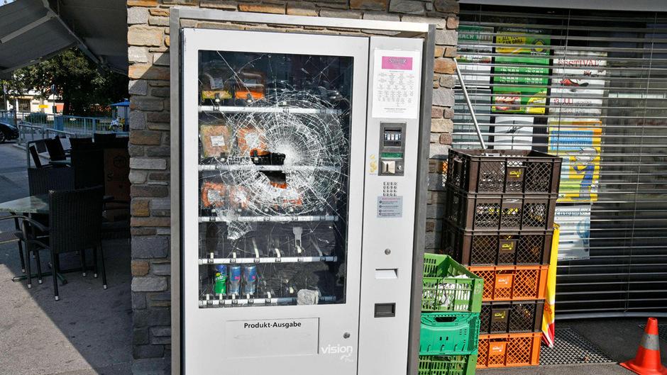 Mit einem Pflasterstein schlug der Täter ein Loch in die Scheibe des Automaten.