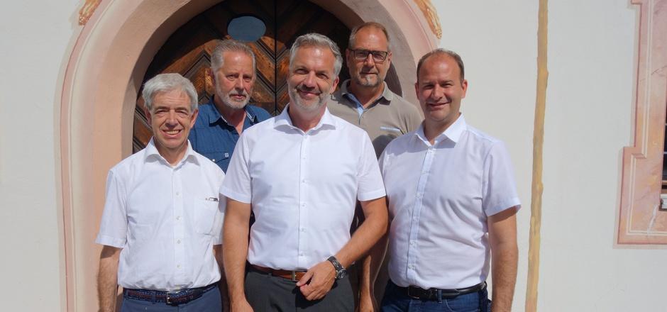 Roland Zankl (M.) stellte sich gestern erstmals öffentlich vor, gemeinsam mit (v.l.) BM Hermann Steixner (Schönberg), BM Georg Viertler (Telfes), dem Obmann des Regionalmanagements Wipptal Thomas Stockhammer und BM Daniel Stern aus Mieders.