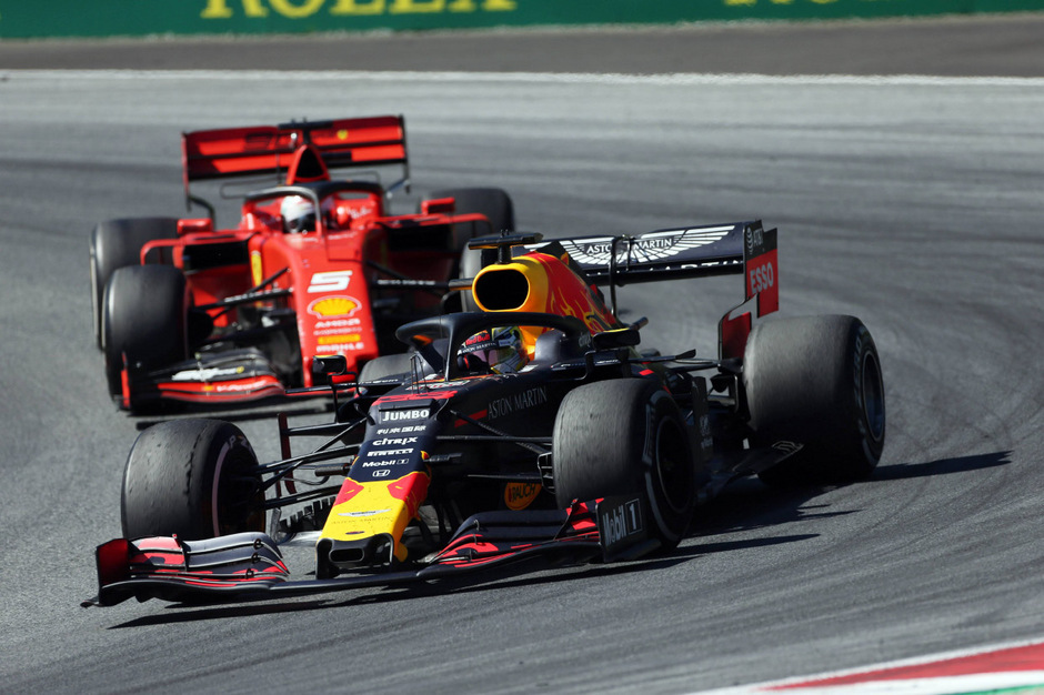 Max Verstappen (v.) zeigte ein beherztes Rennen und konnte Charles Leclerc kurz vor Schluss den Sieg noch entreißen.