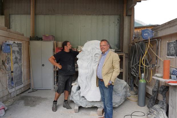 Bildhauer Michael Lang bei der Arbeit.
