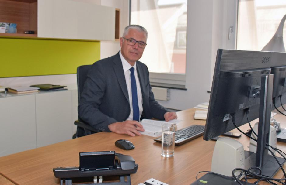 Erster Tag im neuen Büro: Michael Kirchmair ist seit gestern offiziell der Chef in der Bezirkshauptmannschaft Innsbruck.