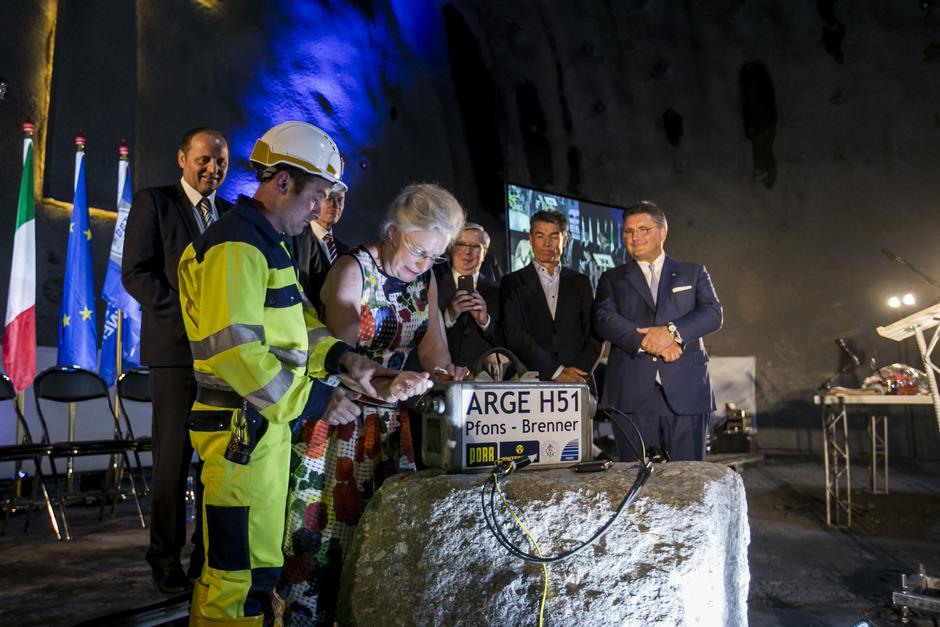 Tunnelpatin Kathleen Cox – Gattin von EU-Koordinator Pat Cox – übernahm die Ehre der Tunnelpatenschaft.
