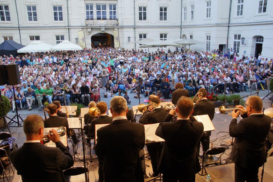 Wenn die Promenadenkonzerte rufen, stürmt das Publikum den Innenhof der Hofburg.