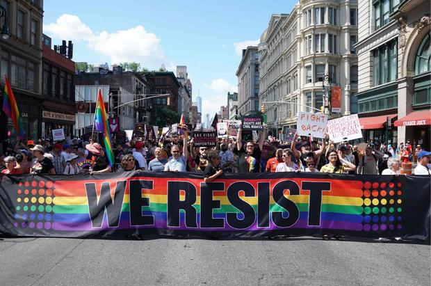 """Neben dem """"Pride March"""" wurde auch der """"Queer Liberation March"""" ausgerichtet. Dabei lag der Schwerpunkt deutlicher auf politischen Forderungen nach Gleichberichtigung. Sponsoren gab es keine - und auch die Polizei durfte nicht mitmarschieren."""