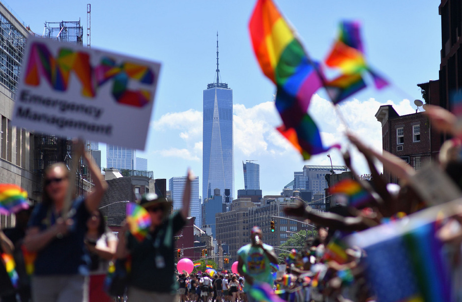 """50 Jahre nach den Auseinandersetzungen in der New Yorker Christopher Street waren am Sonntag beim """"Pride March"""" im Zentrum von Manhattan rund 150.000 Menschen aktiv dabei, gesäumt von Hunderttausenden an den Straßen."""
