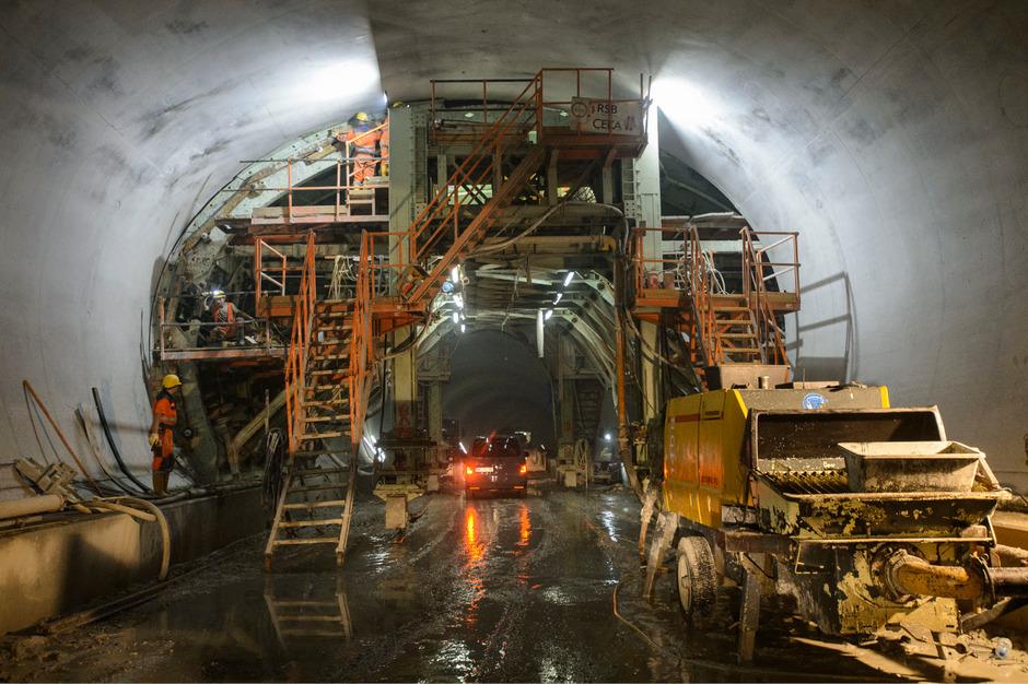 Schweres Gerät und Muskelkraft sind bei den Bauarbeiten im Brennerbasistunnel gleichermaßen gefragt.