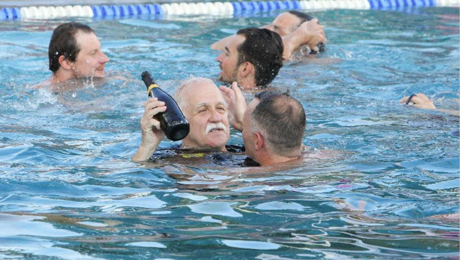 Mit einer Flasche Meistersekt in der Hand feierte Pavol Kovac (70) am vergangenen Wochenende seinen Wasserball-Abschied.