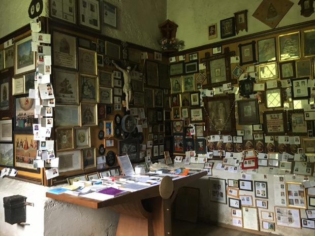 Im Wallfahrtsort Maria Waldrast sollte man einen Blick auf die vielen Votivtafeln und Sterbebildchen werfen.