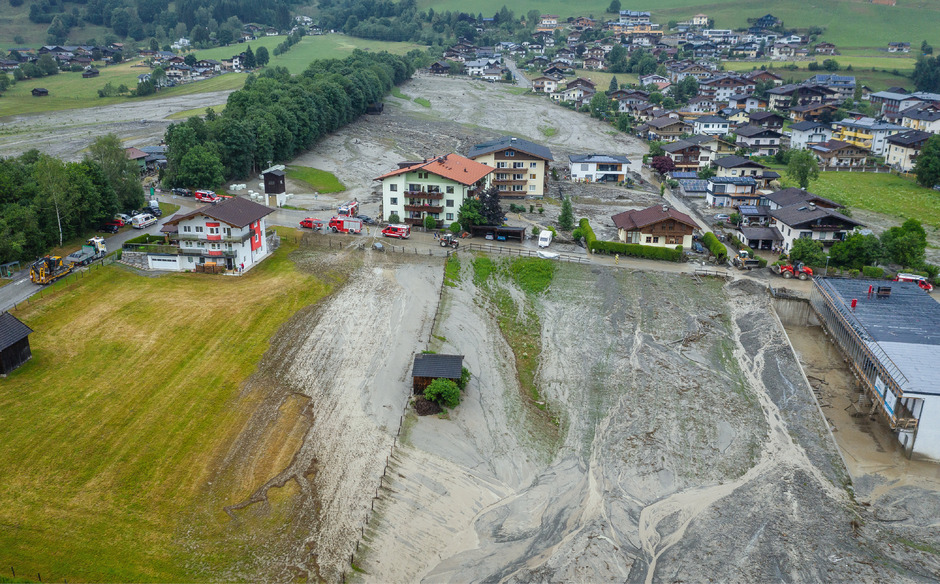 In Uttendorf (Pinzgau) sind die Aufräumarbeiten nach dem schweren Unwetter am Montagnachmittag fortgesetzt worden, der Manlitzbach war über die Ufer getreten.