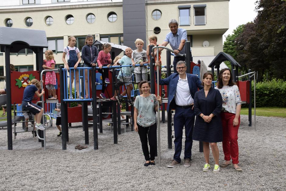 Familienreferentin GR Andrea Watzl, BM Klaus Winkler, Vize-BM Gerhard Eilenberger (oben), GR Mariella Haidacher und VS-Direktorin Barbara Jenewein (von links) bei der Spielplatz-Eröffnung.
