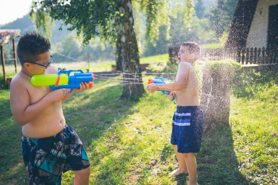 Es ist ein harmloses Spiel, um im Sommer ein bisschen Abkühlung zu bekommen. Doch wenn es keinen kühlen Ausweg gibt, können Sonne und Hitze schnell die Gemüter erhitzen und zu handfester Gewalt führen.