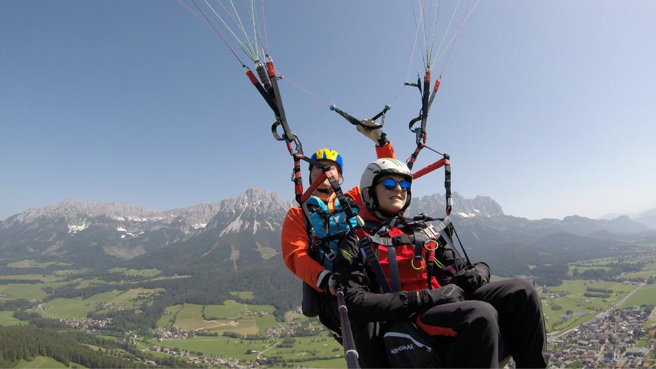 Luftikusse auf Abwegen – Jessica Pilz (im Bild) und Jakob Schubert (Bild unten) wagten einen Paragleit-Tandemflug.