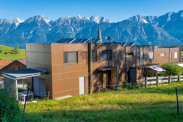 Das Gebäude steht am Ortsrand von Rinn auf einem Grundstück, das als schwer bebaubar galt.