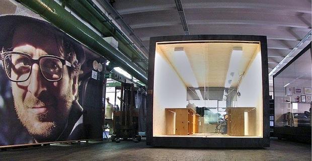 Ursprünglich Transportbox, jetzt Besprechungszimmer: Bei Rolf Spectacles in Reutte haben Materialien eine zweite Chance.