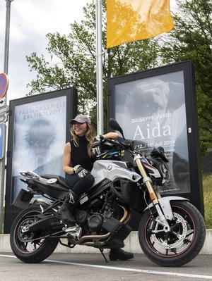 Da geht's lang. Dirigentin Audrey Saint-Gil fährt fanatisch gerne Motorrad, eine zufällige Parallele zu Ex-Intendant Gustav Kuhn.