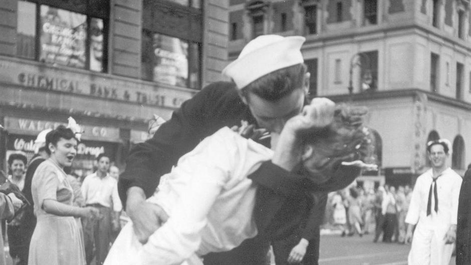 """New York City, 14. August 1945: Diesen Moment hielt Alfred Eisenstaedt, Reporter der legendären US-Illustrierten """"Life"""", mit seiner Kamera für die Ewigkeit fest – es wurde das wohl berühmteste Kuss-Foto der Welt."""