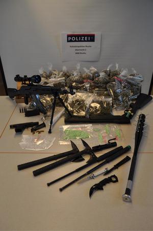 Neben Drogen wurden auch illegale Waffen sichergestellt.