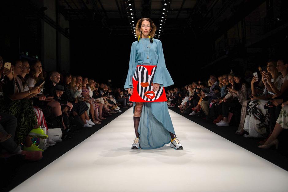 Ein Model präsentiert die Mode des Labels Rebekka Ruétz im E-Werk.