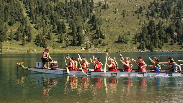 Paddeln und Trommeln ist die Devise beim Drachenbootrennen am Obersee.