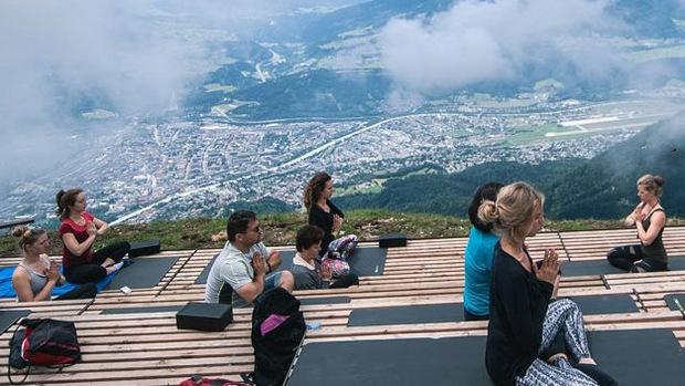 Yoga hoch über den Dächern von Innsbruck kann man von Juli bis Oktober machen.