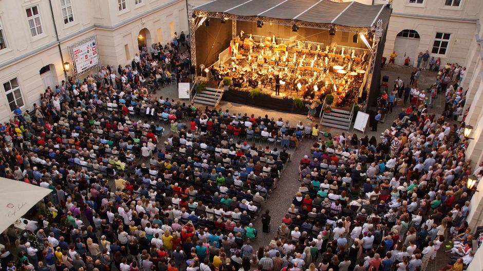 Im Innenhof der Innsbrucker Hofburg erklingen den ganzen Juli lang wieder klassische Melodien. Der Eintritt ist frei.