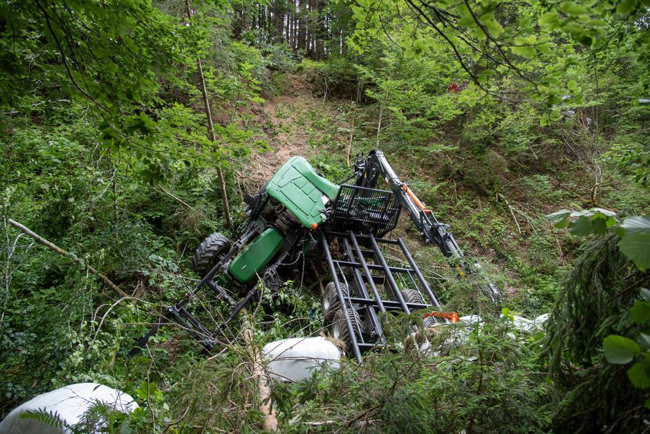 Der 54-Jährige stürzte mit dem Traktor ca. 20 Meter über einen steilen Hang.