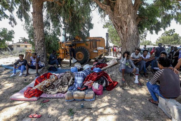 Nach dem Angriff haben Migranten ihr Lager unter Bäumen aufgeschlagen.