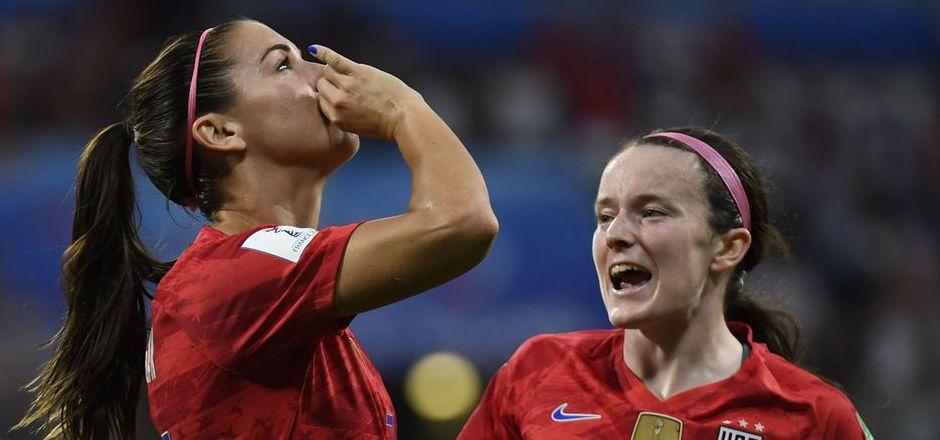 Die US-Starspielerin ahmte eine Teetrinkerin nach.