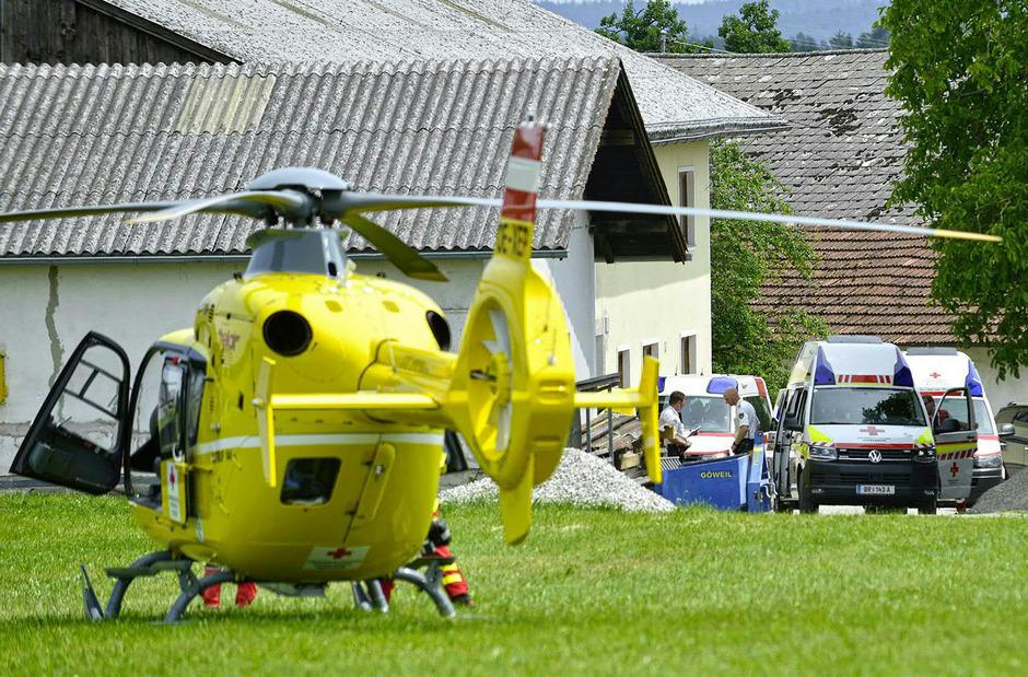 Einsatzkräfte am Unfallort in Pischelsdorf im Bezirk Braunau.