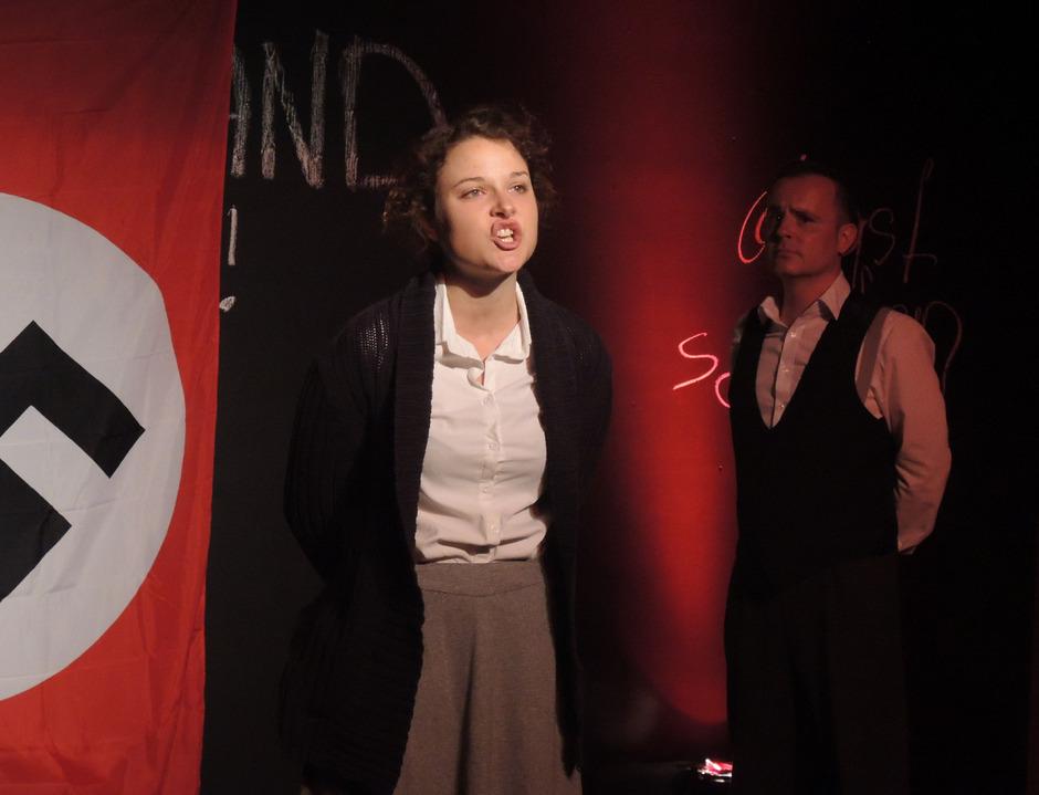 Nora Winkler und Hartwig Ladner als Sophie und Hans Scholl auf der Freilichtbühne in Umhausen.