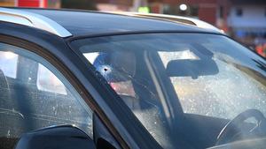 Mehrere Projektile trafen offenbar auch umstehende Autos.