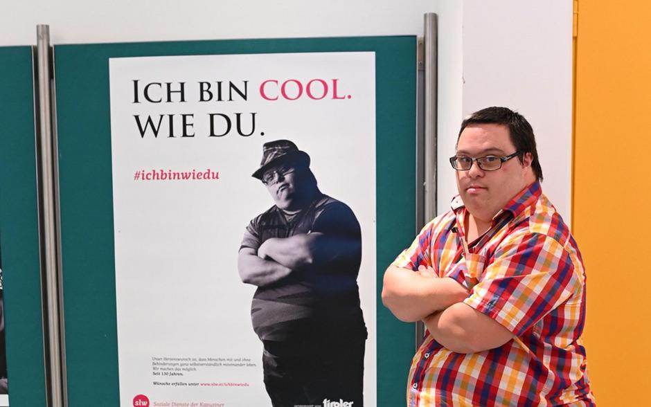 Martin Ganner präsentiert stolz sein Plakat für die neue Kampagne #ichbinwiedu der Sozialen Dienste der Kapuziner slw.