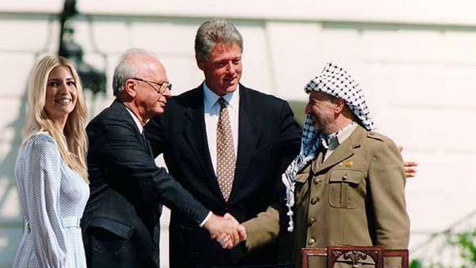 Ivanka Trump drängt sich zu Bill Clinton, Jitzchak Rabin (l.) und Jassir Arafat beim Handshake 1993 zur Unterzeichnung des Abkommens von Oslo. (Fotomontage)