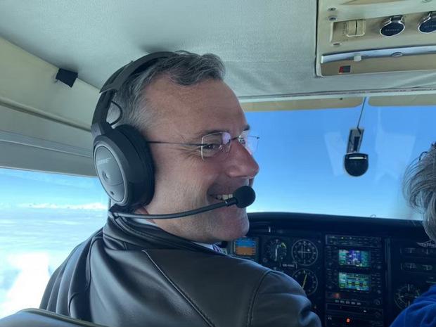 Flying high: FPÖ-Chef Norbert Hofer greift selbst zum Steuerknüppel und fliegt mit Frau und Freunden nach Kroatien.