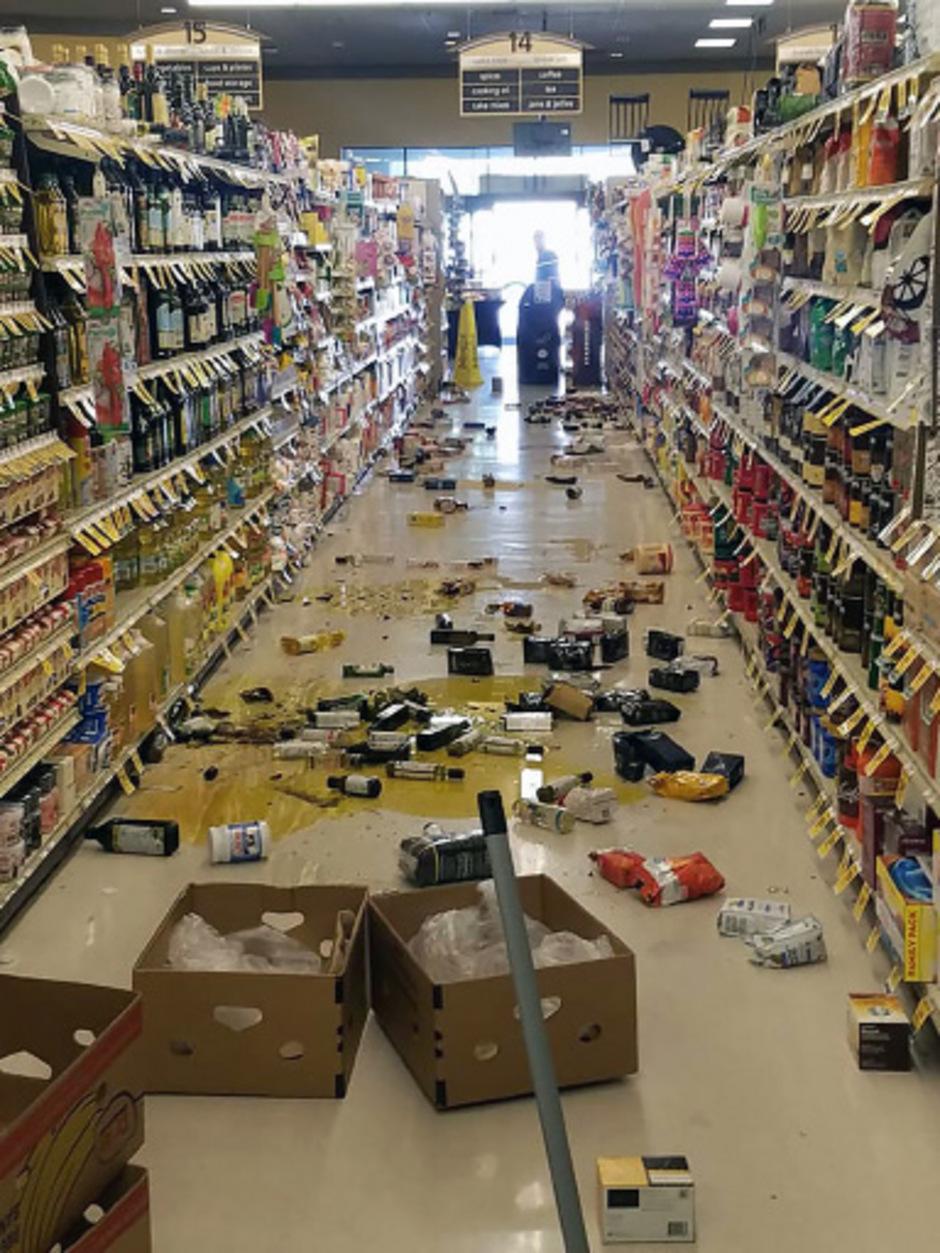 In mehreren Geschäften stürzten Regale ein.