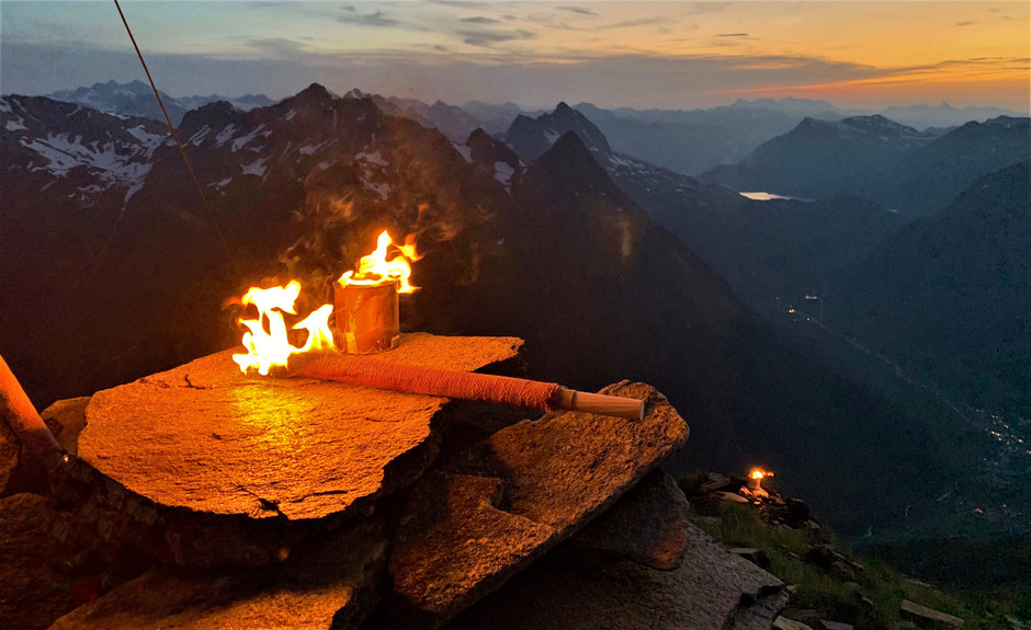 Auf vier Galtürer Berggipfeln brannten kürzlich Fackeln aus Kerzenwachs. Umweltschutz ist der Bergrettung ein wichtiges Anliegen.
